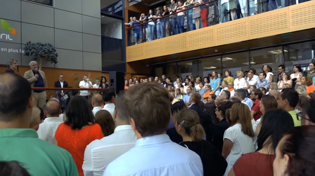 La folla di dipendenti April che accoglie il suo fondatore